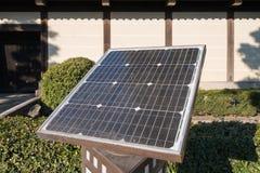 het oude zonne-energie gebruiken vernieuwbaar in de stad stock afbeelding