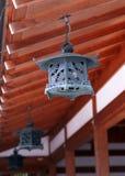 Het oude zwarte Japanse decoratieve hangen van de dakachtergrond royalty-vrije stock foto's