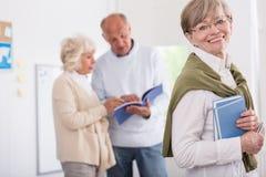 Het oudere mensen bestuderen royalty-vrije stock afbeelding