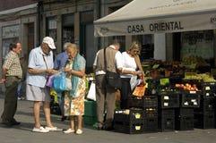 Het oudere paar koopt fruit in een winkel, stad Porto stock afbeelding
