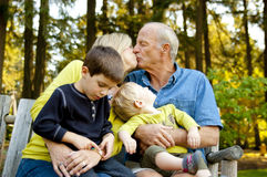Het oudere paar kussen bij het park Royalty-vrije Stock Foto's