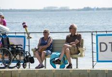 Het oudere paar ontspant bij de waterlijn Royalty-vrije Stock Foto