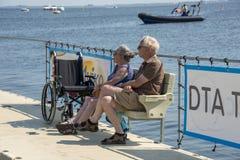 Het oudere paar ontspant bij de waterlijn Royalty-vrije Stock Afbeeldingen
