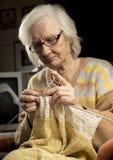 Het oudere vrouw breien Royalty-vrije Stock Afbeelding