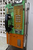 Het ouderwetse muntstuk stelde openbare telefoon in werking stock afbeelding