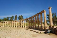 Het Ovale Forum in Jerash, een ongebruikelijk breed, asymmetrisch plein aan het begin van Cardo bouwde de de 1st eeuwadvertentie, Royalty-vrije Stock Foto