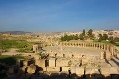 Het Ovale Forum in Jerash, een ongebruikelijk breed, asymmetrisch plein aan het begin van Cardo bouwde de de 1st eeuwadvertentie, Royalty-vrije Stock Afbeelding