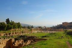 Het Ovale Forum in Jerash, een ongebruikelijk breed, asymmetrisch plein aan het begin van Cardo bouwde de de 1st eeuwadvertentie, Royalty-vrije Stock Foto's
