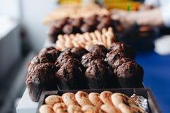 Het oven-dienblad van de huisvrouwenholding met chocolade cupcakes, sluit omhoog royalty-vrije stock afbeelding