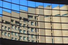 Het overdenken een gebouw Stock Fotografie