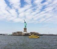 Het overgaan door het Standbeeld van Vrijheid stock afbeeldingen