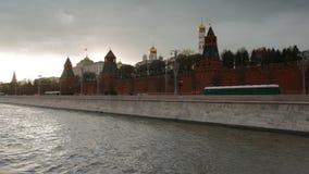 Het overgaan door het Kremlin in de de Zomeravond stock videobeelden