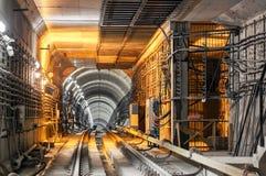 Het overgaan onderaan de ondergrondse metrotunnel Stock Foto's