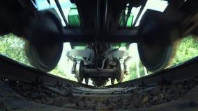 Het overgaan van de menings brede hoek van de treinbodem stock video