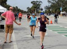 Het overgaan van de Papegaaihoofden tijdens de Marathon van Miami Stock Foto