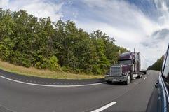Het overgaan van een semi-Vrachtwagen op de Weg Tusen staten Stock Afbeelding