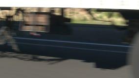 Het overgaan van Rode Vrachtwagenwielen op Snelweg Californië stock videobeelden