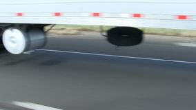 Het overgaan van Vrachtwagen op Wegmening van Banden en Weg stock video