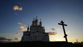 Het overgaan van wolken op de achtergrond van de tempel bij zonsondergang stock footage