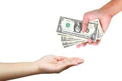Het overhandigen van de hand geld aan een andere geïsoleerde hand Stock Afbeelding