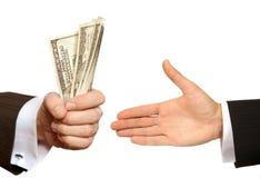 Het overhandigen van de hand geld aan een andere hand Stock Afbeelding