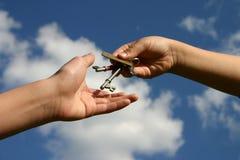 Het overhandigen van de sleutels stock fotografie