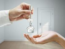 Het overhandigen van de sleutels Stock Foto