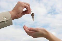 Het overhandigen van de sleutels Royalty-vrije Stock Fotografie