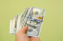 Het overhandigen van een 100 dollarrekening Stock Afbeelding
