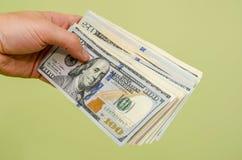 Het overhandigen van een 100 dollarrekening aan kijker Royalty-vrije Stock Foto