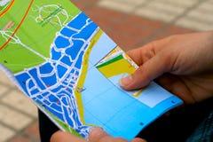 Het overhandigen van een kaart Stock Afbeelding