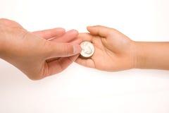 Het overhandigen van een muntstuk Stock Foto