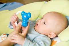 Het overhandigen van een stuk speelgoed Stock Foto
