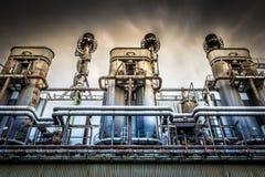 Het overheersen van industriële faciliteit met dramatische hemel Stock Afbeeldingen