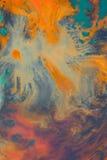 Het overlopen van heldere oranje en donkerblauwe verf op papier Royalty-vrije Stock Afbeelding