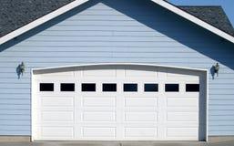 Het overspannen Openen van de Deur van de Garage stock fotografie