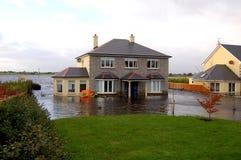 Het overstroomde Huis van de Familie Stock Afbeeldingen