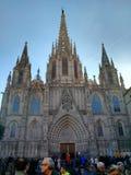 Het overvolle vierkant voor de Kathedraal van het Heilige Kruis en de Heilige Eulalia, Barcelona royalty-vrije stock afbeelding