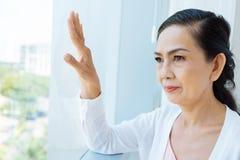 Het overwegen van Aziatische vrouw Stock Afbeeldingen