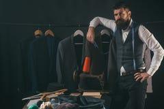Het overwegen van de volgende stap Bedrijfskledingscode handmade het naaien mechanisatie retro en moderne het maken workshop royalty-vrije stock afbeeldingen