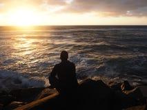 Het overwegen van de Zonsondergang van een Pier royalty-vrije stock fotografie