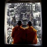 Het overwegen van Monnik in de Cultuurconcept van Kambodja stock afbeeldingen
