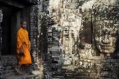 Het overwegen van Monnik in Kambodja royalty-vrije stock foto