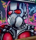 Het overweldigen de graffiti dit werk overweldigt enkel stock afbeelding
