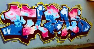 Het overweldigen de graffiti dit werk overweldigt enkel stock afbeeldingen