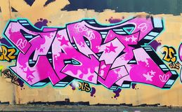 Het overweldigen de graffiti dit werk overweldigt enkel stock foto's