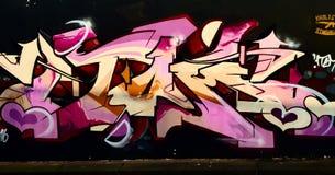Het overweldigen de graffiti dit werk overweldigt enkel stock foto