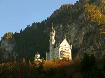 Het overweldigen Neuschwanstein in Autumn Sunlight, Beieren, royalty-vrije stock foto