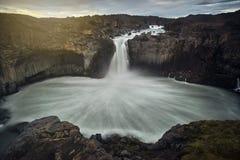 Het overweldigen van Aldeyjarfoss, IJsland Stock Foto's