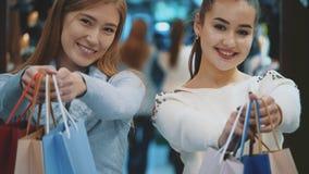 Het overweldigen van gelukkige meisjes met kastanje en licht haar stock videobeelden